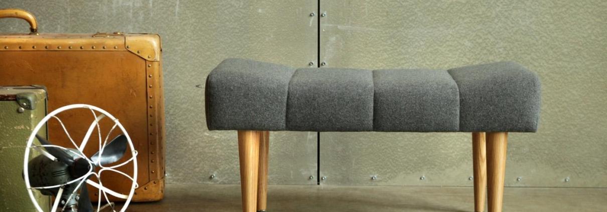 Oot-Oot Stuudio mööbel esikutumba halli seina taustal. Oot-Oot Studio furniture the stool grey wall background.